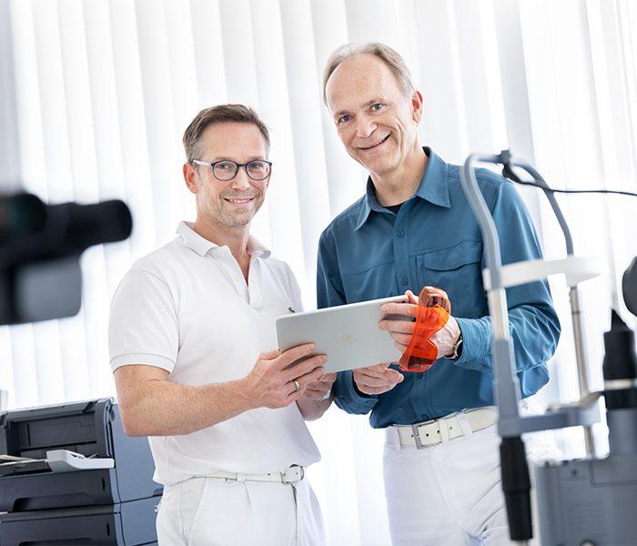 2 Ärzte der Augenklinik am Jahnplatz beraten sich am Tablet