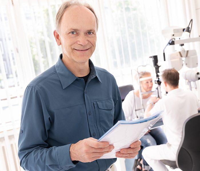 Arzt mit Informationsunterlagen zur geplanten Operation